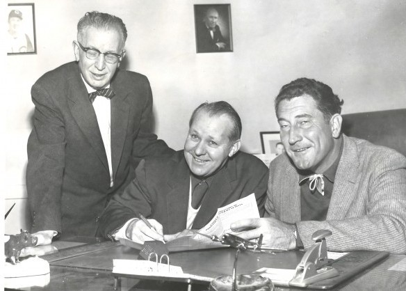Strange is shown here in 1959 with Rainiers manager Fred Hutchinson (right) and broadcaster Leo Lassen. Strange is signing on for his second coaching stint with the club. Strange replaced Hutch at mid-season after Hutch left to manage the Cincinnati Reds. / David Eskenazi Collection
