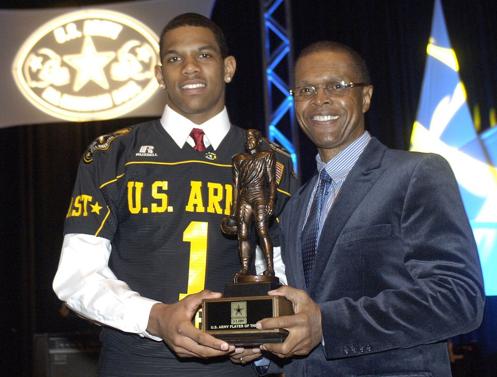 Terrelle Pryor with former NFL great at the All-American Bowl in 2008. / Wiki Commons
