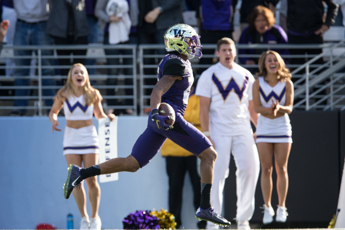 Sidney Jones, scoring on a fumble return, is one of the big reasons Washington made the CFB playoffs. / Drew McKenzie, Sportspress Northwest
