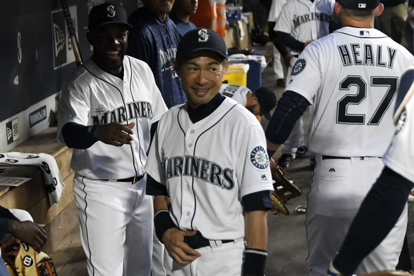 Suzuki shines in defense, gets 1st hits since Mariners return